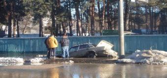 Потоп в Киеве: машина провалилась под асфальт. Фото