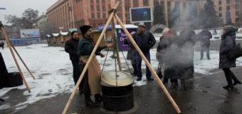 Фотофакт: В центре Днепра варили новогодний бульон из индейки