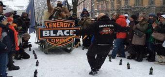 Во Львове педиатр протянул 500-килограммовые сани с людьми. Видео
