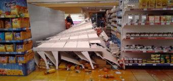 В киевском супермаркете на покупателя упал стеллаж с соками. Фото