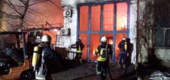 Спасатели два часа тушили огромный киевский склад