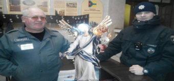 В Кропивницком мужчина украл ангела с праздничного вертепа. Фото