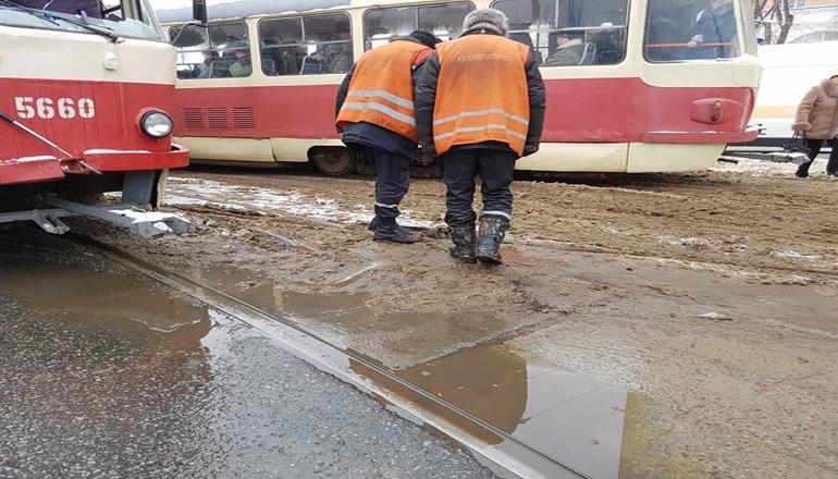 Фотофакт: В Киеве трамвай сошел с рельс