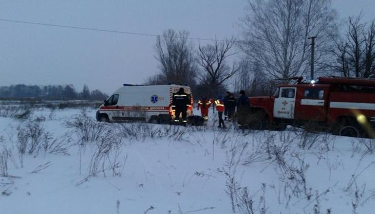 На Киевщине «скорая» с больными застряла в сугробе. Фото