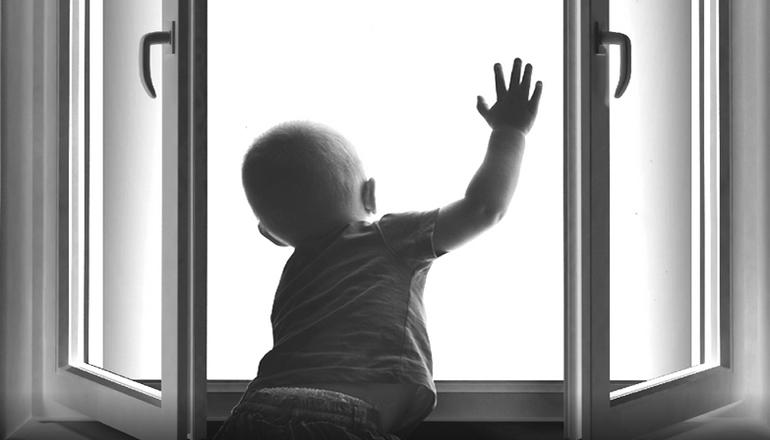 На Хмельнитчине двух брошенных малышей спасли от голодной смерти