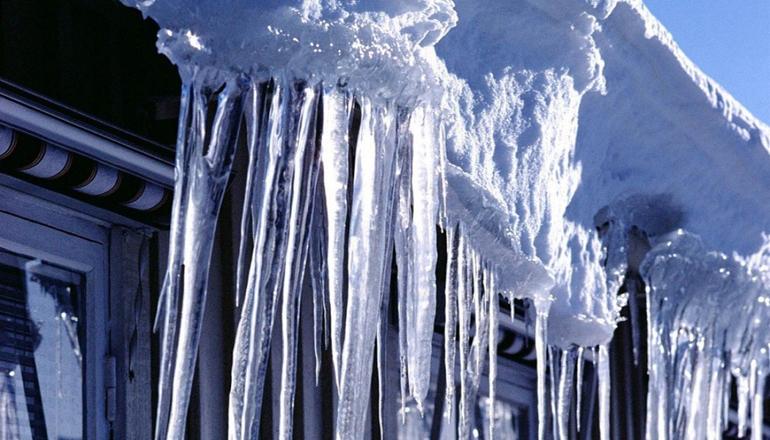 В Киеве глыба снега с крыши ресторана чуть не убила прохожего