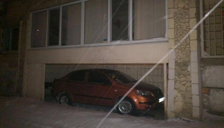 Фотофакт: Киевлянин оборудовал крытую парковку под балконом