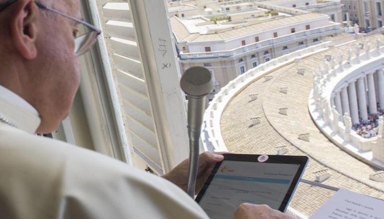Защита от хакеров: Папа римский заклеил переднюю камеру на планшете