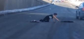 В Киеве неадекватная женщина на дороге шокировала водителей. Фото