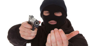 В Киеве преступник с пистолетом напал на школьника