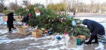 На Киевщине рухнула главная елка. Фото