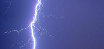 В Бразилии девушку в голову ударила молния. Видео