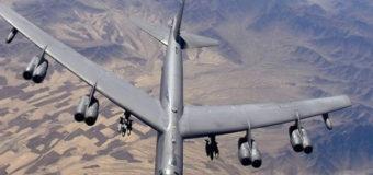 Американский бомбардировщик развалился во время полета