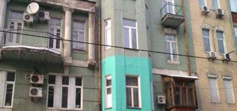 «Зеленка» и реклама на старинном доме взбесили киевлян. Фото