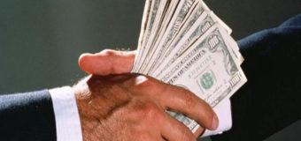 Стало известно, сколько украинцы отдают денег на взятки. Инфографика