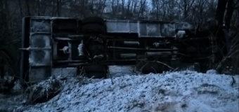 На Закарпатье автобус с пассажирами сорвался в обрыв