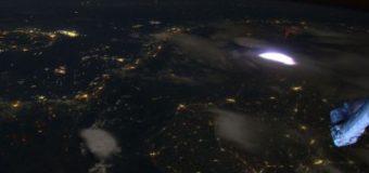 Захватывающее видео: удары молнии из космоса попали в объектив камеры