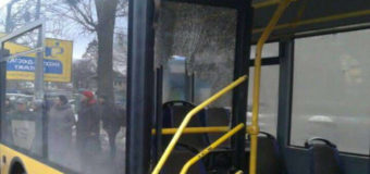 Давка в киевском троллейбусе: пассажиры выдавили стекло из двери