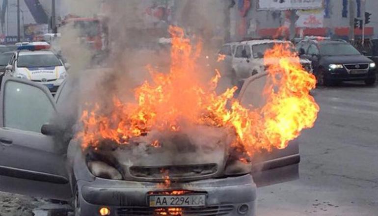 В Киеве посреди улицы вспыхнул автомобиль. Видео