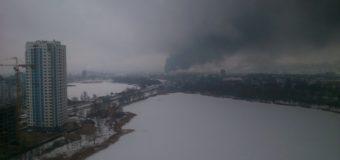 В Киеве произошел мощнейший пожар на заводе. Фото
