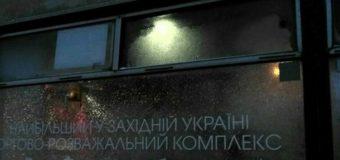 Во Львове маршрутку, полную людей, разбили битой. Фото