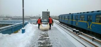 Киевские коммунальщики с мешком снега шокировали сеть. Фото
