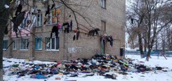 В Киеве коммунальщики выбросили вещи людей с 9 этажа. Фото