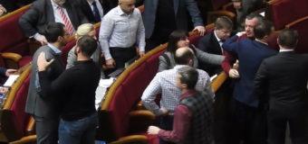 Скандальная драка: нардепу Лещенко оторвали рукав в Раде. Фото и видео