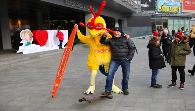 Киевлян в центре города повеселил петух на скейте. Фото
