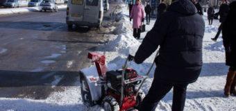 В Запорожье заместитель мэра «косил» снег. Видео