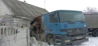 На Днепропетровщине фура влетела в дом и застряла в нем на несколько дней