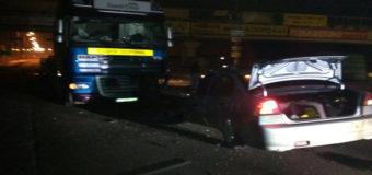 ДТП на Киевщине: легковушка врезалась в грузовик