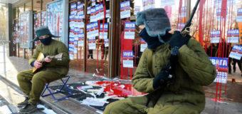 Запорожцы с балалайками «дали концерт» у банка страны-агрессора. Фото