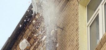 В Киеве на женщину упала огромная ледяная глыба