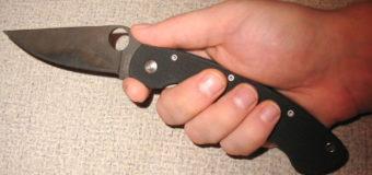 Пожилой мужчина заявил, что сам упал на нож около магазина в Москве
