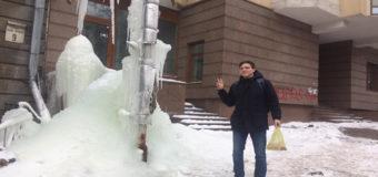 Киев в шоке: из-за дыры в теплотрассе появился мистический «ледник»