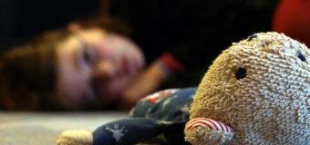 На Харьковщине отчим до смерти избил 6-летнюю дочь