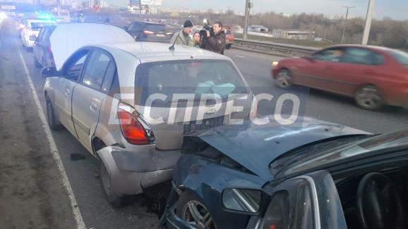 Необычное ДТП в Киеве: десяток авто разбиты вдребезги