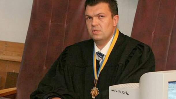 Скандал с шедевральными поборами судьи: взяточника вернули на работу