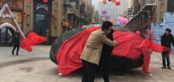 Китаец подарил невесте на свадьбу 33-тонный камень вместо квартиры. Фото