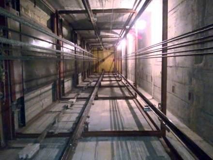 Женщина упала в шахту лифта многоэтажки во Львове