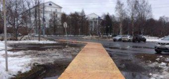 В одном из городов РФ набережную застелили паркетом поверх луж. Фото