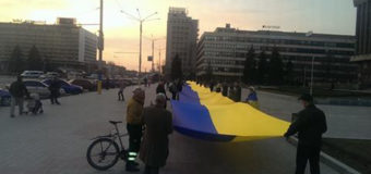 В Запорожье патриоты развернули 100-метровый флаг