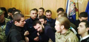 В Ужгороде на сессии подрались священники и военные. Видео