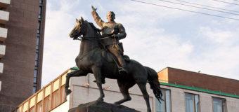 Фотофакт: В Киеве отпилили ногу памятнику Щорсу