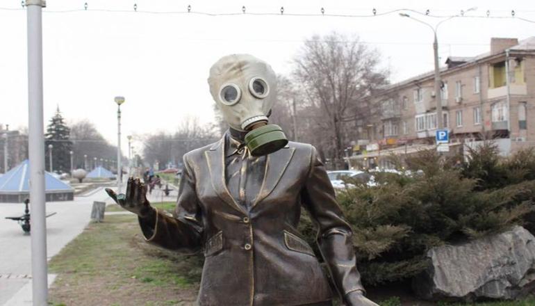 В Запорожье пенсионеры защищают памятник учительницы от противогаза. Видео