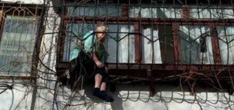 В Киеве старушка застряла в оконной решетке. Фото