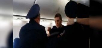 Российского волейболиста выгнали из самолёта из-за слишком длинных ног. Видео