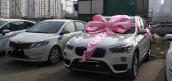 В Киеве BMW с огромным бантом на стоянке взбудоражил Сеть. Фото