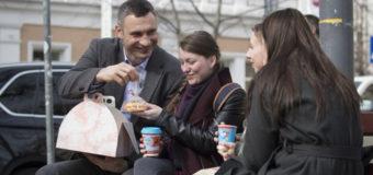 В Киеве Виталий Кличко раздавал на улице пирожные
